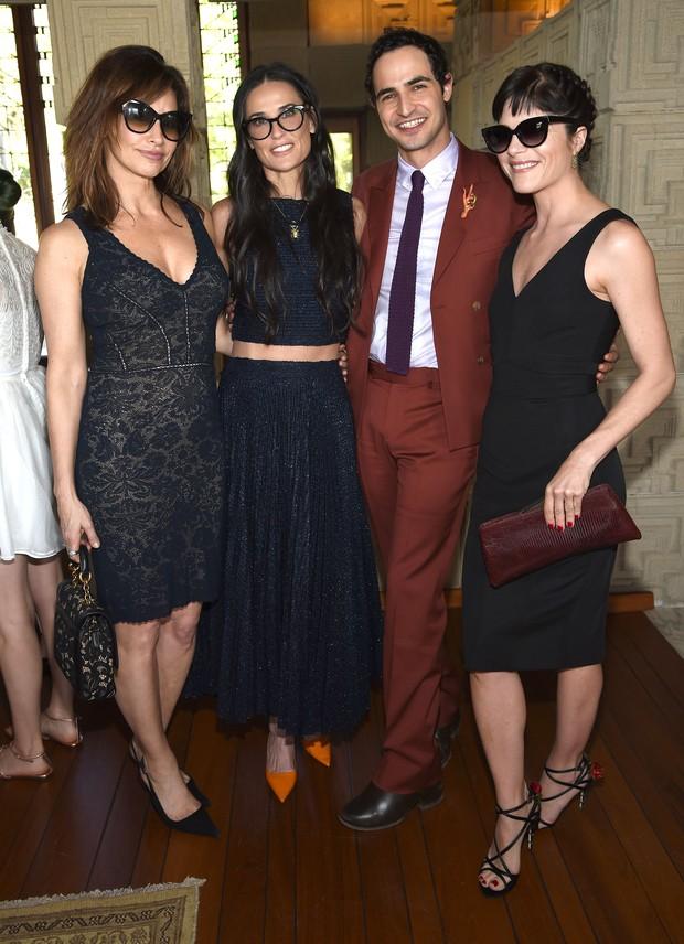 Atrizes Gina Gershon, Demi Moore e Selma Blair com o estilista Zac Posen em evento em Los Angeles, nos Estados Unidos (Foto: Dimitrios Kambouris/ Getty Images/ AFP)