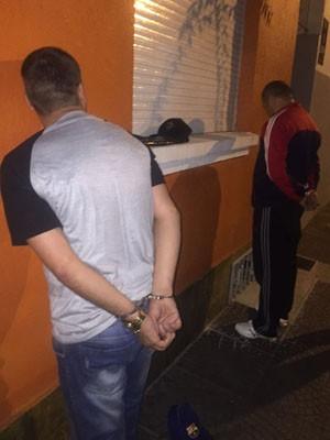 Dupla foi presa quando saía de apartamento (Foto: Polícia Civil/Divulgação)