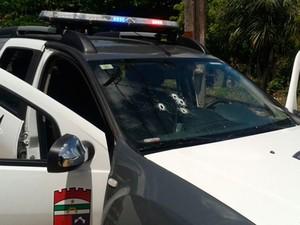 Tiros de suspeitos atingiram para-brisa de carro da PM (Foto: Divulgação/Polícia Militar do RN)