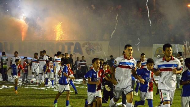 Itabaiana entra em campo com muita festa da torcida (Foto: João Áquila/GLOBOESPORTE.COM)