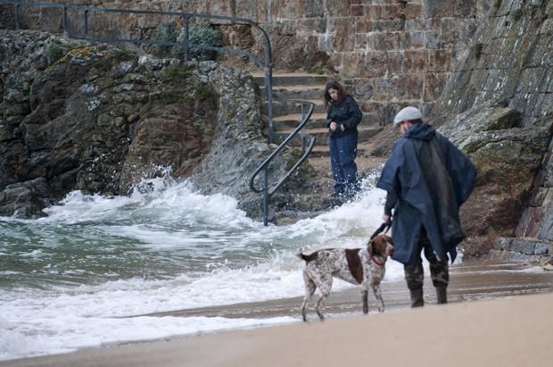 Pessoas vão à praia da cidade de Saint-Malo para ver as ondas da maré do século (Foto:  AFP Photo/Guillaume Souvant)