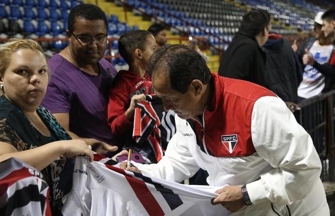 Muricy atende torcedores após treino no Chile (Foto: Rubens Chiri / site oficial do SPFC)
