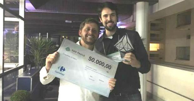 Lucas Moreira e Rafael Gonçalves, da CBA Sementes, vencedora do desafio do Carrefour (Foto: Fabiana Pires)
