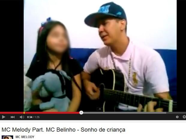 Funkeira-mirim MC Melody canta a música 'Sonho de criança' com o pai (Foto: Reprodução/YouTube/Mc Melody)