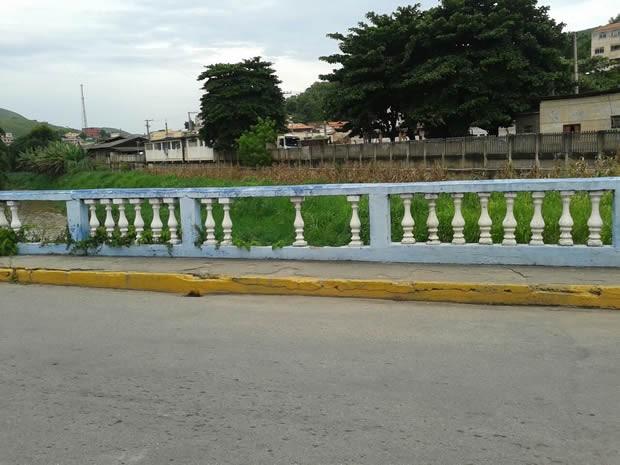 Guarda-corpo de ponte está danificado há mais de oito meses (Foto: Arquivo Pessoal/Lúcia Almeida)