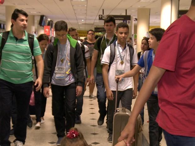 Professor e alunos do Piauí homenageados pela OBMEP desembarcam na capital (Foto: Reprodução/TV Clube)