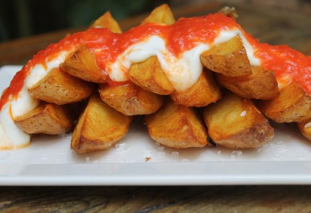 Aprenda a fazer batatas bravas: ficam iguais as do restaurante e prontas em apenas 30 minutos!