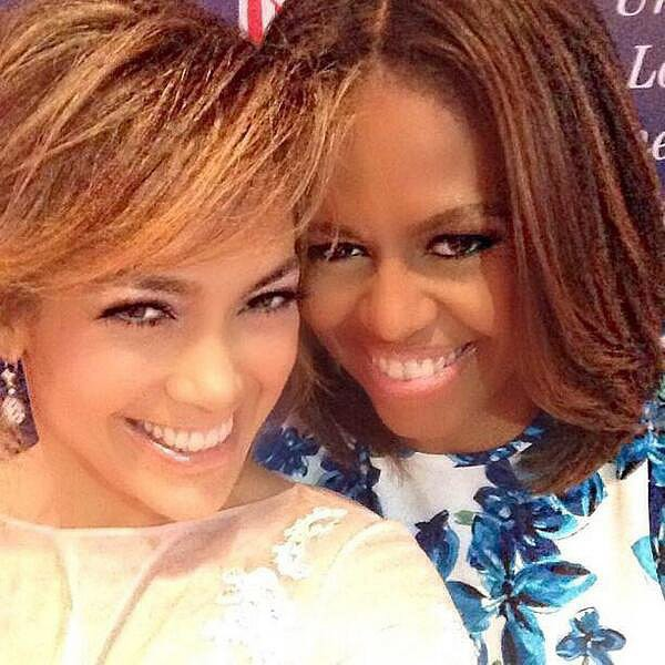 Jennifer Lopez e a primeira dama dos EUA, Michelle Obama, foram só sorrisos para a câmera (Foto: Twitter)