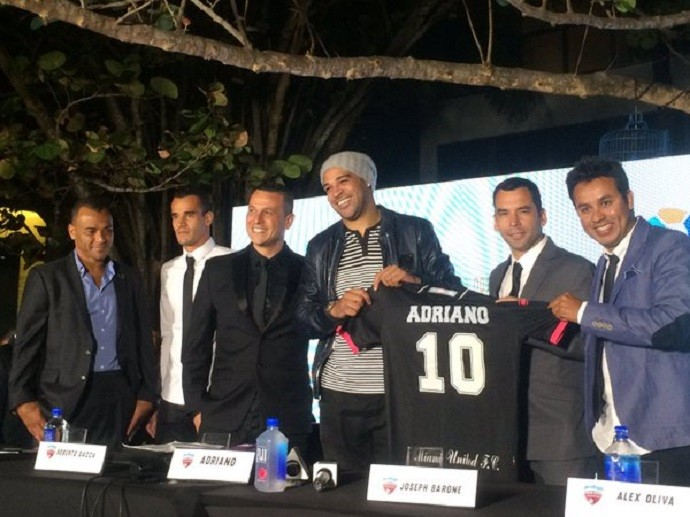 Adriano sorri na apresentação do Miami United (Foto: Fabrício Marques/GloboEsprote.com)