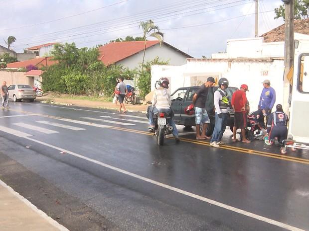 Acidente envolvendo um carro e uma moto deixou um homem ferido em Campina Grande (Foto: Reprodução/TV Paraíba)