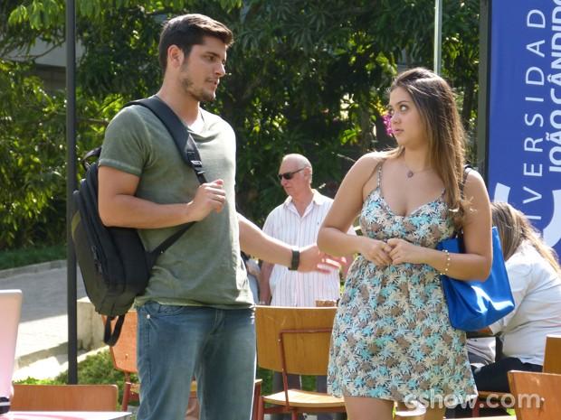 Bárbara tira satisfação com André sobre conversa que ela ouviu (Foto: Em Família / TV Globo)