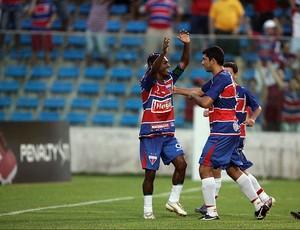 Geraldo e Rômulo comemoram gol do Fortaleza (Foto: Natinho Rodrigues / Agência Diário)