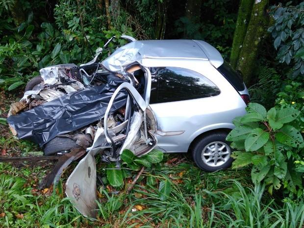 Segundo informações da PRF, o motorista do carro morreu na hora (Foto: Tadeu Stefaniak/ Rádio Najuá)