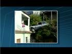 Carro invade casa em Nova Friburgo, RJ, e fica suspenso no ar
