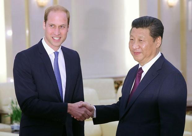 O príncipe William é recebido pelo presidente da China, Xi Jinping, em Pequim nesta segunda-feira (2) (Foto: Feng Li/Reuters)