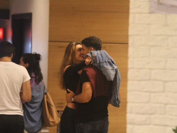 Cauã Reymond e a namorada, Mariana Goldfarb, em shopping em São Conrado, Zona Sul do Rio (Foto: Daniel Delmiro/ Ag. News)