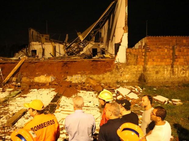Governador Rodrigo Rollemberg e bombeiros analisam situação de casa destruída por temporal em Samambaia (Foto: Corpo de Bombeiros/Divulgação)