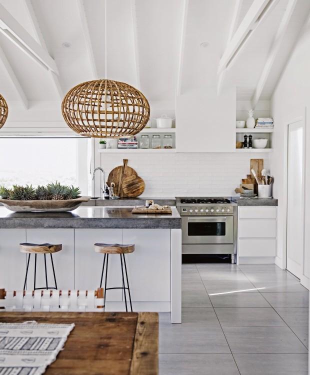 Cozinha. Integrada ao living, ela é praticamente o centro da casa. Como a família é grande, o ambiente precisava seguir a mesma escala. Mick, o marido de Ky, construiu as bancadas de concreto com 1 m de profundidade (Foto: Chris Warnes Warnes & Walton / Living Inside)