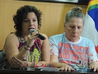 Sandra Carvalho, da ONG Justiça Global, e Nair Ávila, mãe do advogado Manoel Mattos (Foto: Luna Markman/G1)