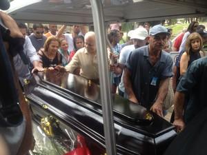 Caixão com corpo de Jair Rodrigues após a missa, pouco antes do enterro nesta sexta-feira (Foto: Cauê Muraro/G1)