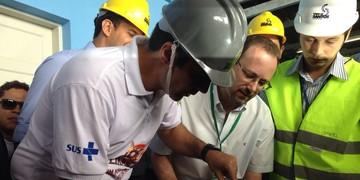Ministro dos Portos assina obra e ajuda a combater aedes (Mariane Rossi/G1)