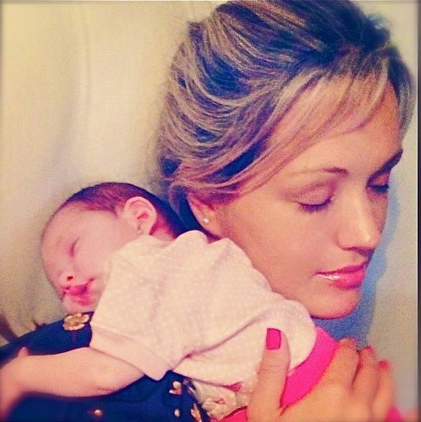 Claudia com a filha de Champignon (Foto: Reprodução/Instagram)