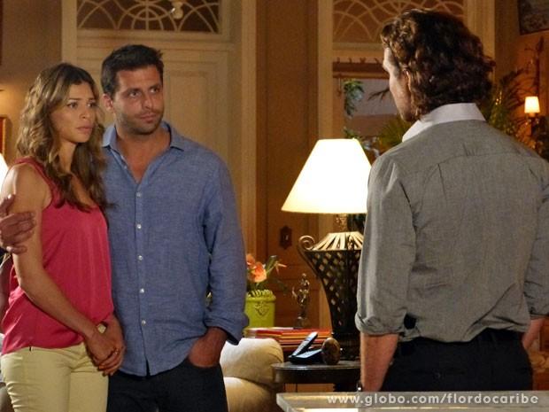 O casal não sabe como reagir diante do empresário (Foto: Flor do Caribe/TV Globo)