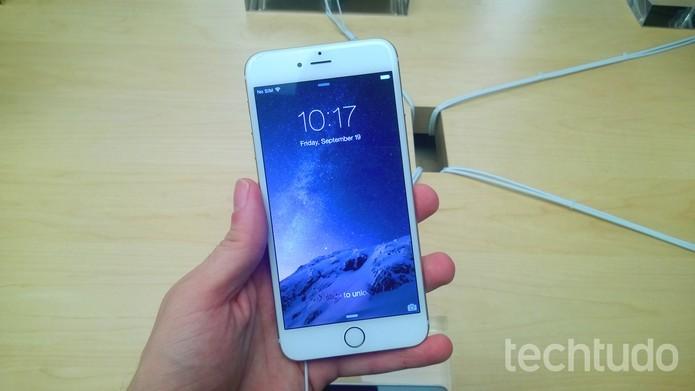 iPhone ganha no tamanho, mas tem visual parecido com o do S6 (Foto: Elson de Souza/TechTudo)