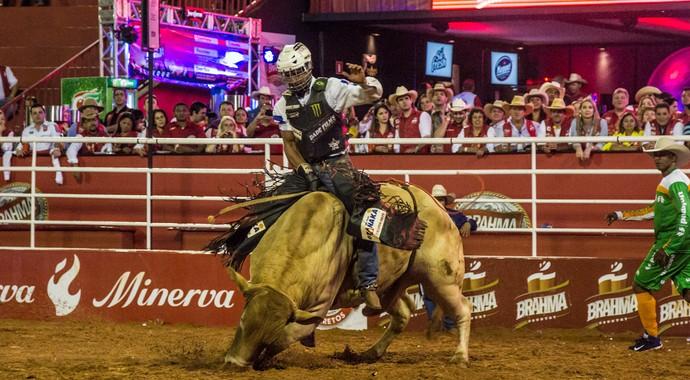 Fotos: sexta-feira de montarias e vantagem dos touros sobre os peões (Foto: Mateus Rigola)