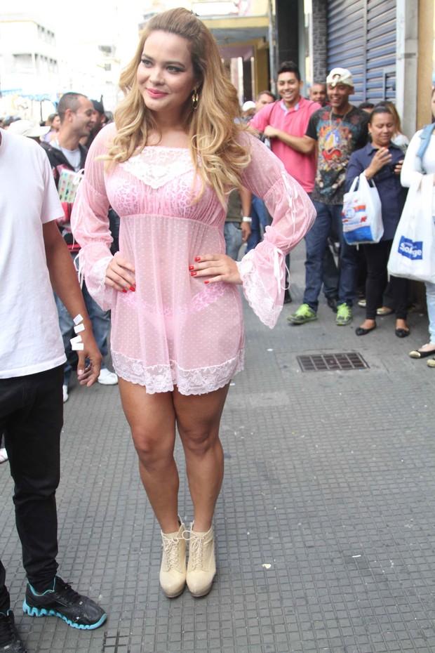 EGO - Geisy Arruda causa alvoroço ao andar de lingerie em rua de São ... 4f654d42983