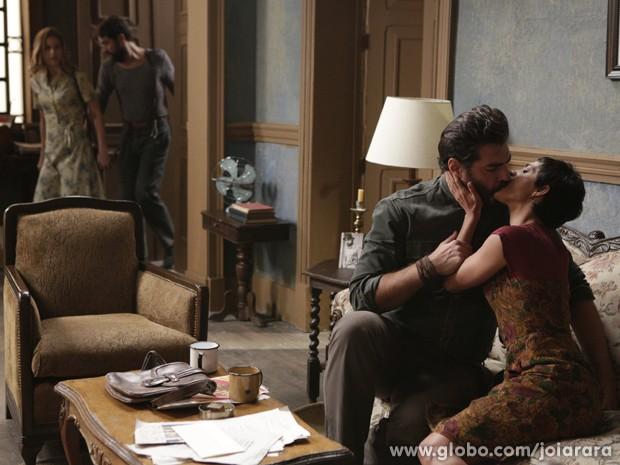 Hilda flagra beijo de Gaia e Toni na casa de Fabrício (Foto: Fábio Rocha/TV Globo)