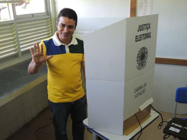 Francisco Júnior votou por volta das 9h30 (Foto: Felipe Gibson/G1)