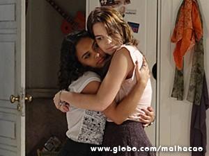 Júlia tenta convencer Anita a ser cautelosa (Foto: Malhação / TV Globo)
