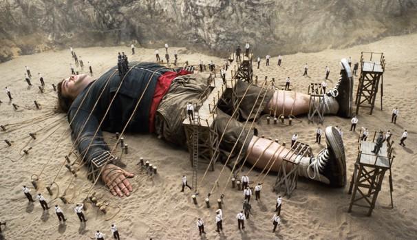 Personagem de Jack Black se perde em cidade cuja população é minúscula, em 'As Viagens de Gulliver' (2010) (Foto: Divulgação/Reprodução)