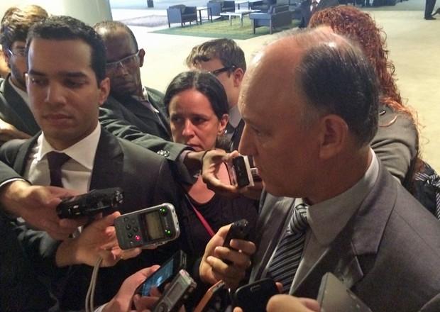 O ministro das Relações Institucionais, Pepe Vargas, fala com a imprensa (Foto: Filipe Matoso/G1)