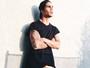 Micael Borges posa com calça colada e causa alvoroço entre fãs