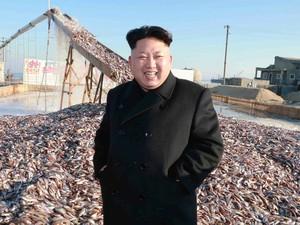 O líder da Coreia do Norte, Kim Jong Un, visita uma estação de pesca do exército coreano em foto sem data liberada nesta quarta-feira (19) pela Agência de Notícias da Coréia do Norte (KCNA) em Pyongyang  (Foto: KCNA/Reuters)