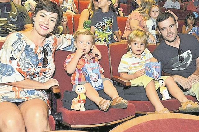 Regiane Alves e João Gomez, com os filhos, Antonio e João Gabriel (Foto: Cristina Granato)