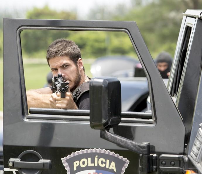 Dante entra em confronto com bandidos (Foto: Felipe Monteiro/ Gshow)