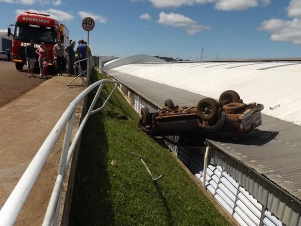Caminhonete capotou em telhado de indústria de Xaxim (Foto: Corpo de Bombeiros/Divulgação)