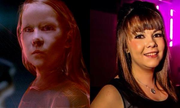 Michaela Dicker como a Rainha Vermelha e atualmente (Foto: Divulgação)