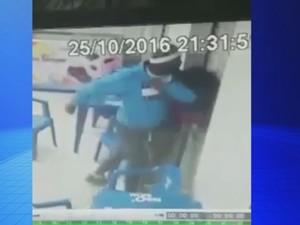 Suspeito agrediu a jovem com socos, cotovelada e joelhadas  (Foto: Reprodução / TV TEM)