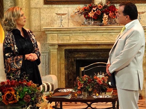 Charlô fica desconfiada do primo português (Foto: Guerra dos Sexos / TV Globo)