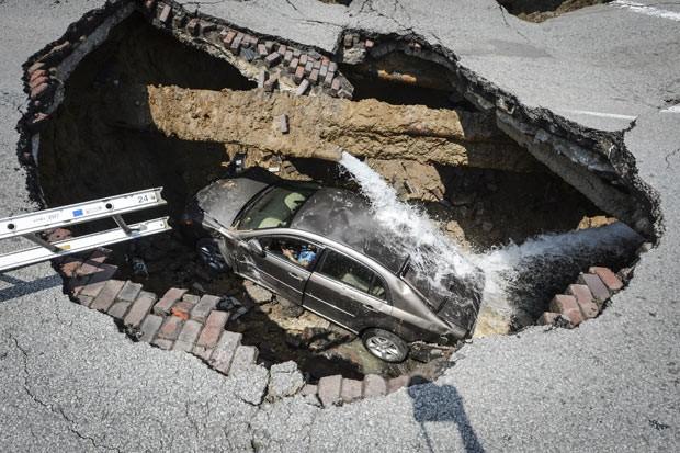 Foto divulgada pelos bombeiros mostra o carro de Pamela Knox dentro do buraco em Toledo, Ohio (Foto: AP)
