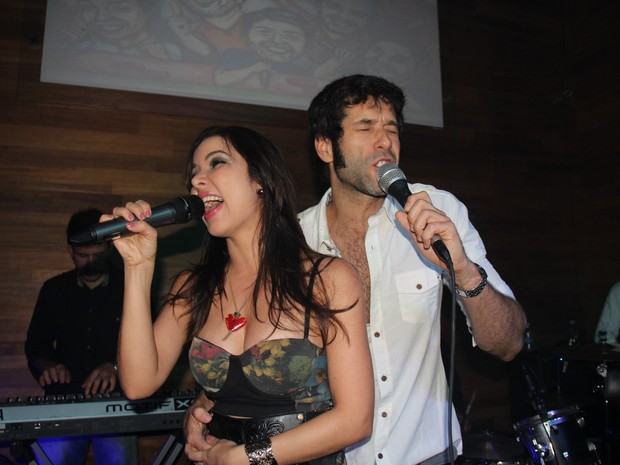 Liah e Daniel Del Sarto cantam em boate na Zona Sul do Rio (Foto: Anderson Borde/ Ag. News)