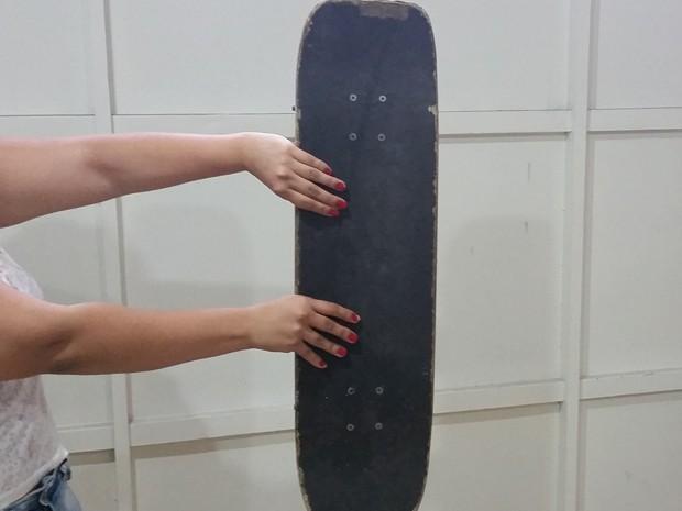 Skate pertence ao irmão dela; caso ocorreu em São Caetano do Sul na madrugada de quarta (Foto: Tatiana Santiago/G1)