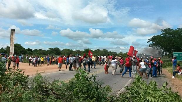 Na BR-304, em Macaíba, rodovia foi interditada, desbloqueada, e depois novamente obstruída (Foto: Divulgação/PRF)