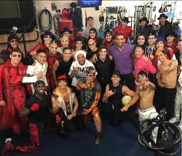 BLOG: Werdum posa com Ronaldinho Gaúcho nos bastidores do Cirque du Soleil