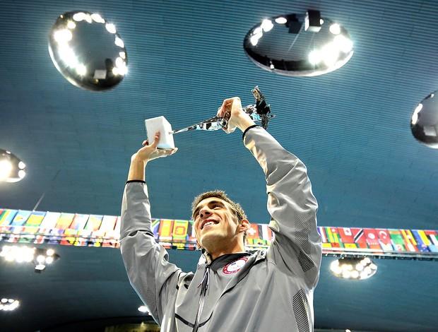 Michael Phelps recebe troféu de maior atleta olímpico (Foto: AP)
