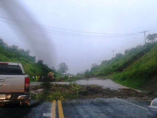 Barranco desmoronou e deixou pista da SP-342 bloqueada neste domingo em Águas da Prata (Foto: Fala São João)